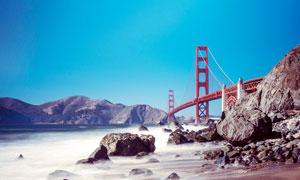沙滩上观看美国金门大桥摄影图片