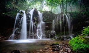 树林中的小溪瀑布高清摄影图片