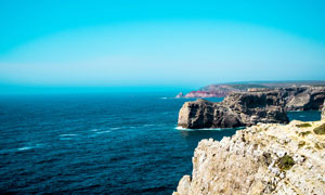大海边上的悬崖峭壁景观摄影图片