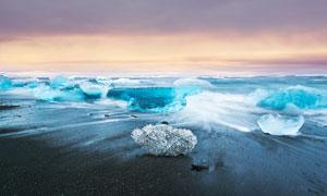 沙滩上堆积的浮冰摄影图片