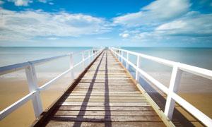 蓝天下的海边木桥和栈桥摄影图片