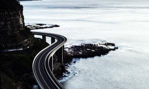 海边桥梁上的公路摄影图片