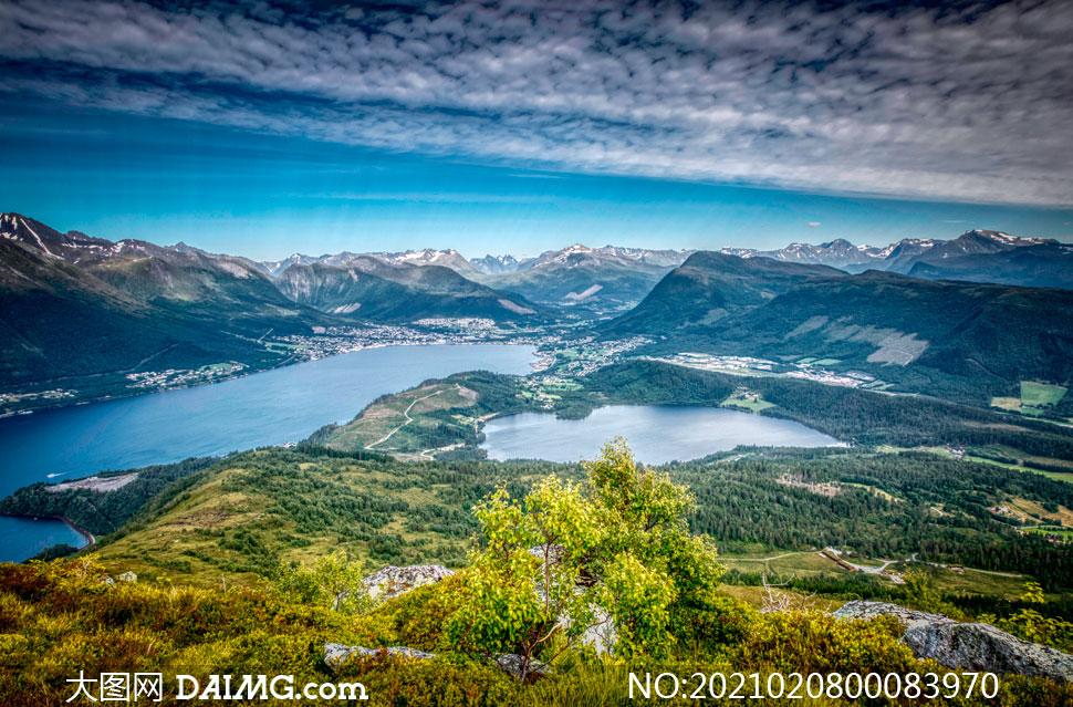 山脚下的森林和湖泊景色摄影图片