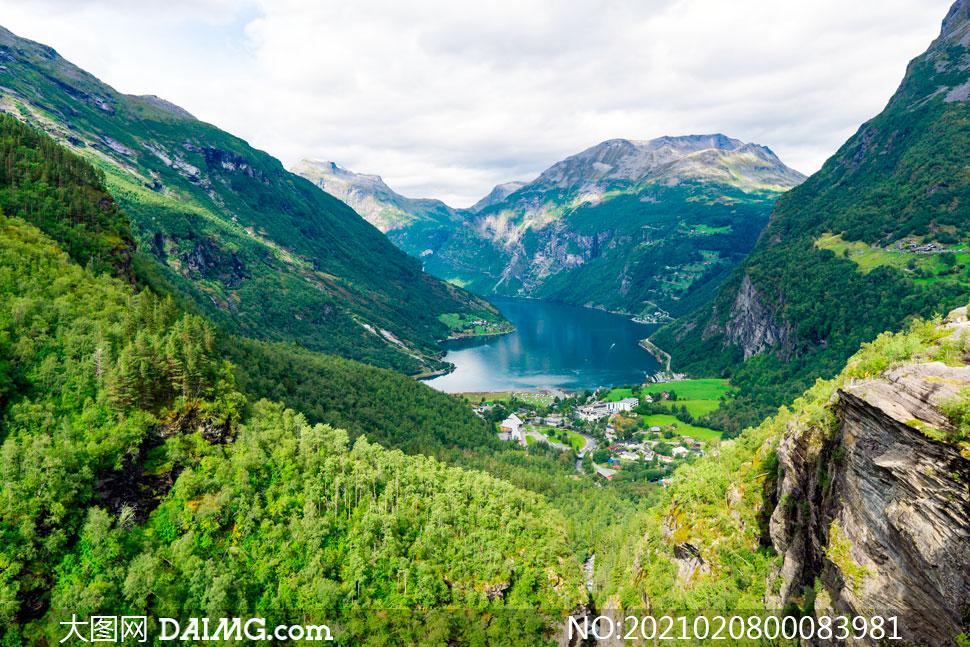 大山山谷中的湖泊美景摄影图片