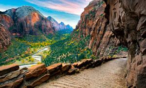 山中棧道和山谷中的美景攝影圖片