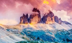 云霧繚繞的大山景觀攝影圖片