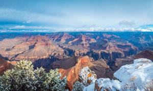 崎嶇的山谷和雪后山川景觀攝影圖片