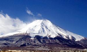 蓝天白云下的富士山美景摄影图片