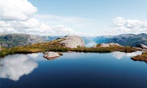 藍天下的山頂美麗湖泊攝影圖片