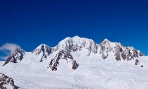 藍天下的大山和雪山景觀攝影圖片