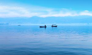 湖泊中的漁船和漁民攝影圖片