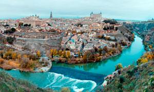 古城边的护城河广角摄影图片