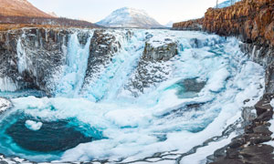冬季雪后美丽的水潭景观摄影图片