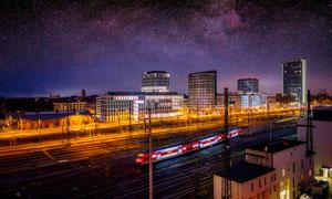 星空下的城市火车站摄影图片