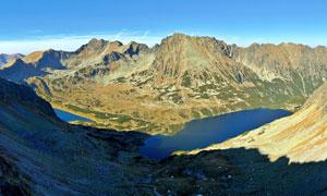 山腳下的湖泊美景攝影圖片