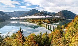 大山中河流上的桥梁摄影图片