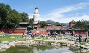 五台山寺院前的池塘摄影图片