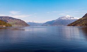 大山脚下的美丽湖泊景观摄影图片