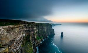 傍晚海邊懸崖峭壁美景攝影圖片