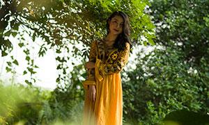 站在樹下的黃裙子美女攝影原片素材