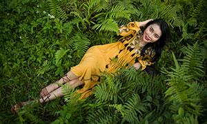 躺在草地上的長裙美女模特攝影原片