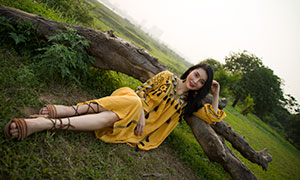 倚靠著枯木的黃裙美女攝影高清原片
