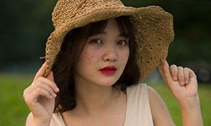 拽著帽檐的無袖裙美女外景攝影原片