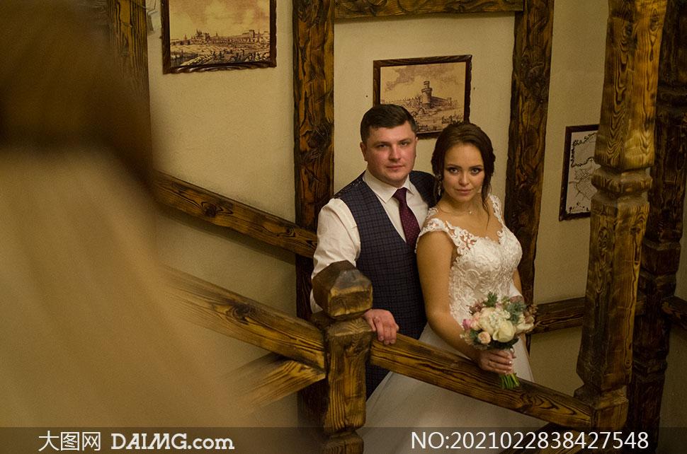 樓梯臺階上的情侶人物內景攝影原片