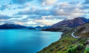 雪山下的美丽湖泊美景摄影图片