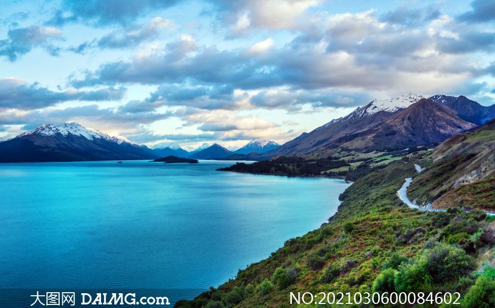 雪山下的美麗湖泊美景攝影圖片