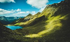 大山之中的藍色湖泊攝影圖片