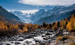 山谷中的小溪流水和瀑布攝影圖片
