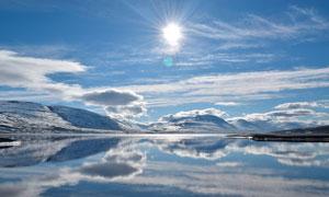 冬季陽光下的湖泊美景攝影圖片