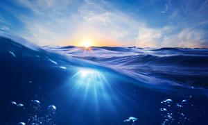 夕陽下的海面和海底景觀攝影圖片