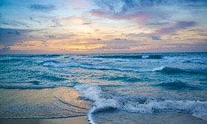 海邊波濤洶涌的海浪和沙灘攝影圖片