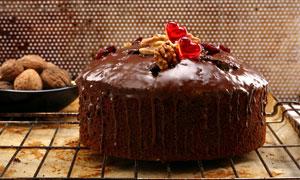 巧克力包着的蛋糕甜点摄影图片