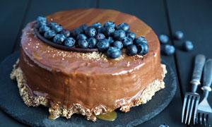 撒满蓝莓的巧克力蛋糕摄影图片