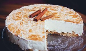 被切开的奶油蛋糕摄影图片
