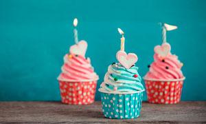 点燃蜡烛的蛋糕杯摄影图片