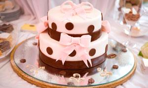 双层巧克力蛋糕摄影图片
