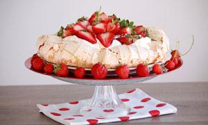 草莓水果生日蛋糕摄影图片