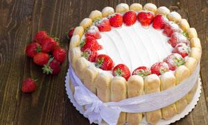 草莓和面包生日蛋糕摄影图片