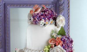 雕满花朵的多层生日蛋糕摄影图片