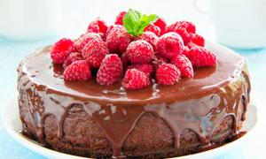 堆满覆盆子的巧克力蛋糕摄影图片