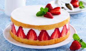 水果草莓生日蛋糕摄影图片