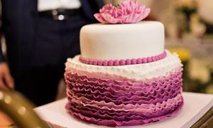 粉色巧克力儿童生日蛋糕摄影图片