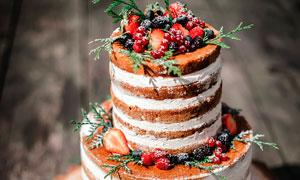 多层巧克力水果蛋糕摄影图片