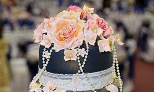 雕塑着玫瑰花的多层蛋糕摄影图片