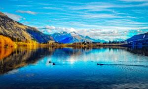 蓝天白云下的湖光山色美景摄影图片