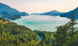 大山中的湖泊和山林山路攝影圖片